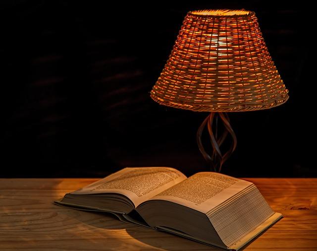 lampe de chevet avec un livre
