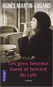 Les gens heureux lisent et boivent du café